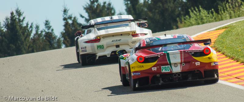 Porsch en Ferrari op de Raidillon omhoog