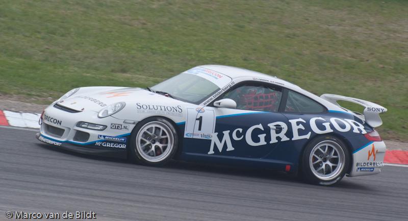 Foto: Marco van de Bildt. Paul van Splunteren met de Porsche tijdens de Dutch GT4 race op Zandvoort.